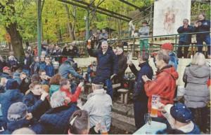 """Erlangens """"Bierologe"""" Jochen Buchelt (Mitte) erhebt das erste Glas Weizenbock zum Umtrunk- bei zehn Bieren im Angebot war auch an diesem Nachmittag die Tugend der Mäßigung gefragt. Foto: Harald Sippe! Quelle: Erlanger Nachrichten"""
