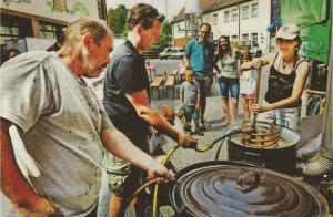 """Der """"Verein zur Förderung der fränkischen Braukultur"""" hat sein Sommerfest gefeiert. Hier wird gerade das verschollene Erlanger Märzen gebraut. Foto: Klaus-Dieter Schreiter. Quelle: Erlanger Nachrichten"""