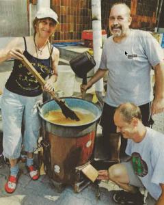 Willy Paulsen, Robert Gimberlein und Andy Sperr (v.I.) bereiten den Sud für das Erlanger Märzen-Bier. Foto: Schreiter. Quelle: Nürnberger Nachrichten.