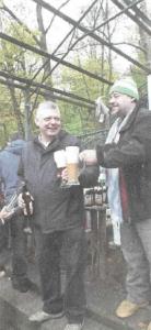 Initiator Jochen Buchelt (links) und Jürgen Sommer geben die frisch Gezapten an die Fans des Bockbiers. Foto: Manfred Welker Quelle: Fränkischer Tag