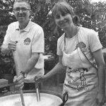 Willi Zametzer von der Kommunbrauerei Junkersdorf und Petra Paulsen von Vierbräu am Kessel Quelle: Fränkischer Tag vom 15.06.2016, Bericht: Manfred Welker Foto: maw
