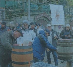 Rund 100 Durstige hatten sich unter dem Transparent des vom Erlanger Künstler Hans-Jürgen Hippe gemalten Heiligen Martin eingefunden. Foto: Peter Millian